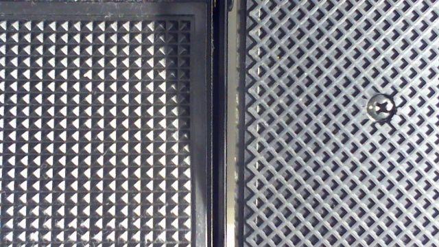 付属のスイッチと別売りペダルの裏側比較写真