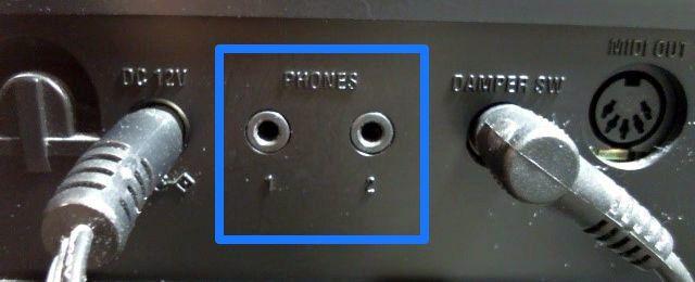 電子ピアノのヘッドホン端子の写真